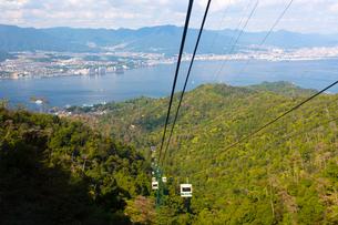 獅子岩に向かう宮島ロープウェイの写真素材 [FYI02666288]