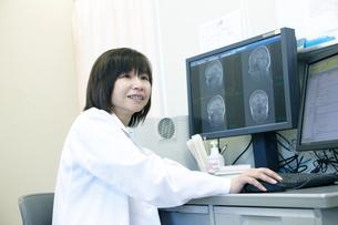 画像診断する女性医師の写真素材 [FYI02666296]