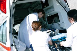 救急対応する医療スタッフの写真素材 [FYI02666326]