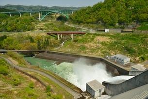 月山ダムと放水の写真素材 [FYI02666338]