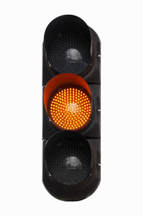 黄色の灯る信号機の写真素材 [FYI02666366]