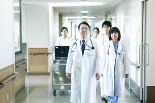 医師の回診の写真素材 [FYI02666367]