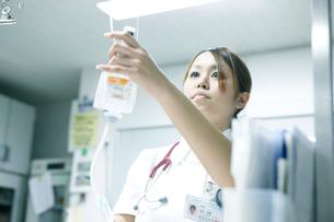 医療器具を扱う看護師の写真素材 [FYI02666369]