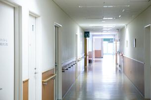 病院の廊下の写真素材 [FYI02666371]