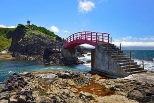 高野崎の海岸遊歩道と灯台の写真素材 [FYI02666422]