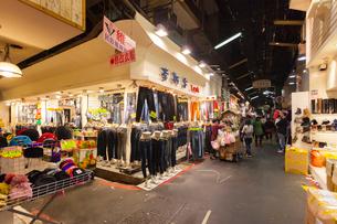 台北 五分埔服飾広場,アーケード街の写真素材 [FYI02666428]