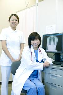 女性医師と看護師のポートレートの写真素材 [FYI02666431]