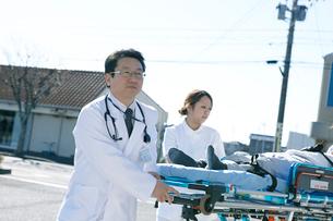 救急対応する医療スタッフの写真素材 [FYI02666449]