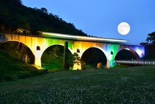 JR釜石線めがね橋ライトアップと満月と列車の写真素材 [FYI02666454]