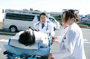 救急対応する医療スタッフの写真素材 [FYI02666457]