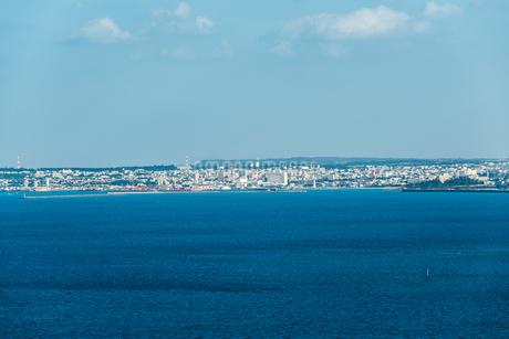 海面越しに宮古島平良港と市街地を望むの写真素材 [FYI02666494]
