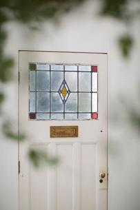 グリーン越しに見えるステンドグラス調のドアの写真素材 [FYI02666581]