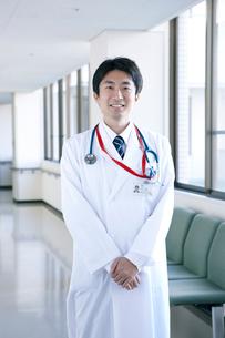 若手医師のポートレートの写真素材 [FYI02666585]