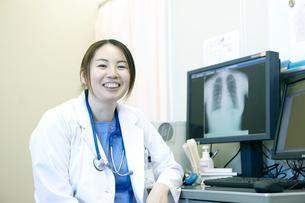 女性医師のポートレートの写真素材 [FYI02666624]
