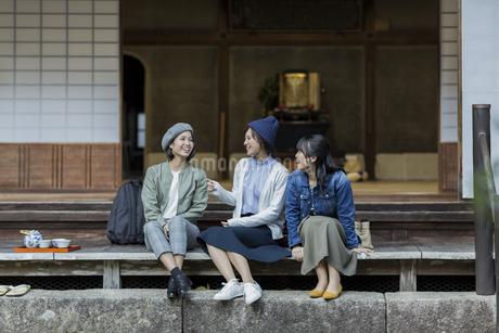 縁側に座る3人の女性の写真素材 [FYI02666631]
