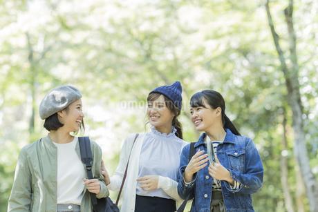 笑顔の3人の女性の写真素材 [FYI02666657]