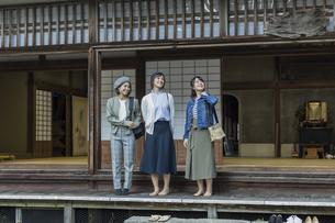 縁側に立つ3人の女性の写真素材 [FYI02666658]