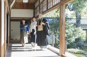 寺院を案内する住職と3人の女性の写真素材 [FYI02666664]