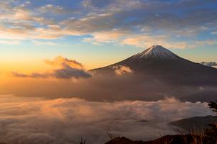 新道峠より朝の富士山と雲海の写真素材 [FYI02666666]