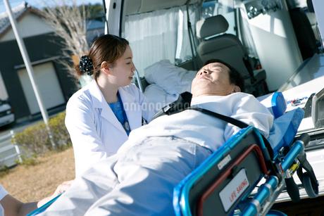 救急対応する医療スタッフの写真素材 [FYI02666680]