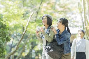 カメラを持って笑顔の若い女性の写真素材 [FYI02666739]