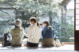 縁側に座る3人の女性の写真素材 [FYI02666749]