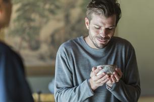茶道を体験する外国人男性の写真素材 [FYI02666777]