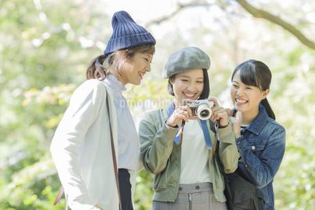 カメラを覗く3人の女性の写真素材 [FYI02666841]