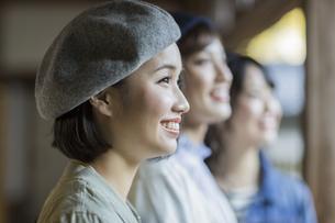 寺院を観光する3人の女性の写真素材 [FYI02666854]