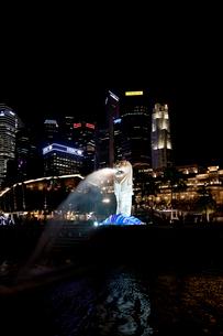 マリーナ・ベイのマーライオンとシェイトン・ウェイの夜景の写真素材 [FYI02666860]