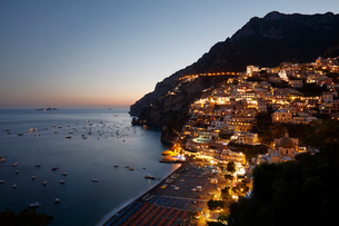 アマルフィ海岸の町ポジターノの夜景 イタリアの写真素材 [FYI02666866]
