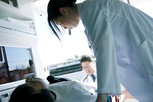 救急対応する医療スタッフの写真素材 [FYI02666868]