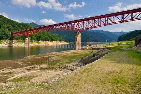 渇水の草木ダムと旧国道の写真素材 [FYI02666891]