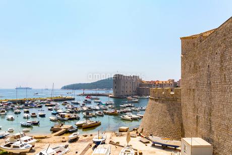 プロチェ門から望む旧港とイヴァン要塞の写真素材 [FYI02666893]