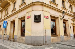モニュメントが設えられたフランツ・カフカの生家 プラハ チェコの写真素材 [FYI02666894]