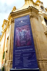 聖母ヴィクトリア教会、修復プロジェクトの垂れ幕の写真素材 [FYI02666903]