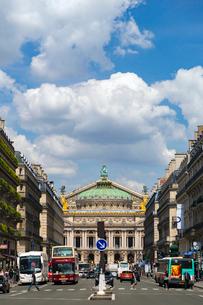 オペラ通りから望むオペラ座ガルニエ宮の写真素材 [FYI02666939]