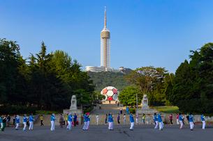 労働公園から望む建築芸術館と大連観光塔の写真素材 [FYI02666948]