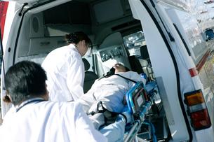 救急対応する医療スタッフの写真素材 [FYI02666953]