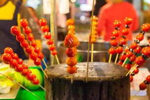 台北 饒河街夜市,いちご飴とプチトマト飴の写真素材 [FYI02666990]