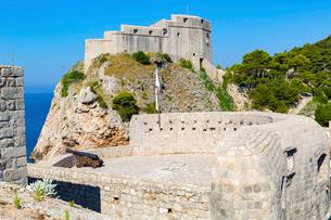 ボカール要塞の大砲とロブリイェナツ要塞の写真素材 [FYI02667001]