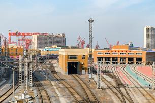勝利橋(旧日本橋)から望む鉄道線路と客車整備場の写真素材 [FYI02667026]