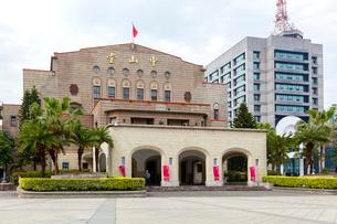 台北 中山堂と警察署の写真素材 [FYI02667037]