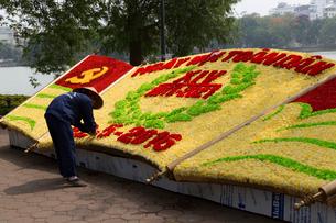 ベトナム総選挙の花飾りを作る人の写真素材 [FYI02667038]