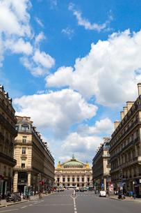 オペラ通り、オペラ座ガルニエ宮方面の写真素材 [FYI02667065]