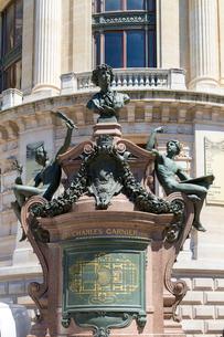 シャルル・ガルニエ(Charles Garnier)の像の写真素材 [FYI02667074]