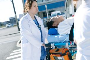 救急対応する医療スタッフの写真素材 [FYI02667078]