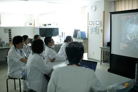 プロジェクター画像を見ながらのカンファレンスの写真素材 [FYI02667107]