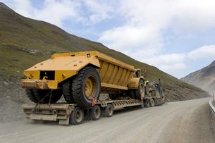 アラスカ 大型トラックを積んで峠を登るトレーラーの写真素材 [FYI02667121]