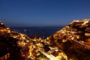 アマルフィ海岸の町ポジターノの夜景 イタリアの写真素材 [FYI02667148]